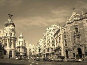Inicio de la Gran Vía de Madrid, a la derecha la parroquia de San José